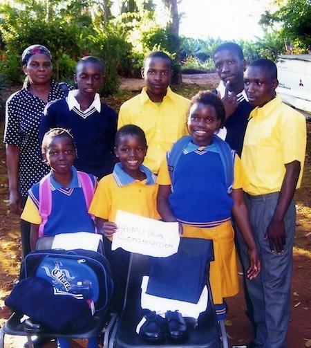 Waisenkinder erhalten die begehrte Schuluniform