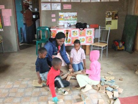 Die Vorschulleiterin spielt mit den Kindern