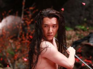 「老外看中國」的英國主持人郝毅博再發揮獨特的眼光看「蘭陵王」,他直指蘭陵王在戲裡很愛洗澡,弄得像拍沐浴乳廣告。