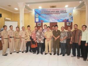 Rektor IAIN dan Bupati Cirebon berpose beserta jajarannya usai acara penyambutan dan penerimaan peserta KKN.