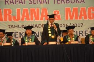 Rektor IAIN Syekh Nurjati Cirebon menutup acara Sidang Senat Terbuka dalam Wisuda Sarjana dan Magister ke-XIII tahun 2016.
