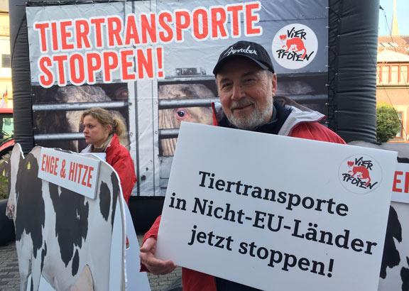 VIER PFOTEN Aktivisten protestieren gegen Tiertransporte.