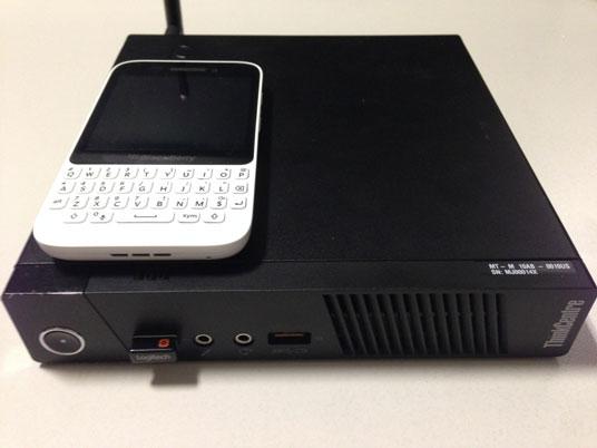 Comparação do tamanho do M93p Tiny com um celular.