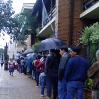 Piden que la Cripco o la Municipalidad hagan algo con las largas colas del Banco Nación a la intemperie