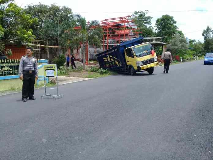 Truk Terperosok di Wonodadi Blitar