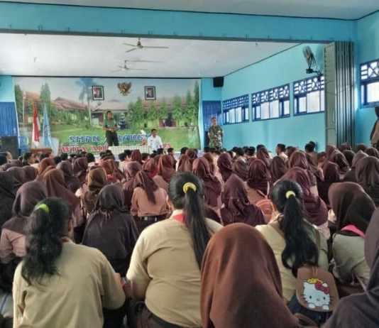 Danramil 0808/17 Bakung Mengajak Siswa Siswi SMPN II Bakung Pahami Makna Pancasila Dan UUD 45