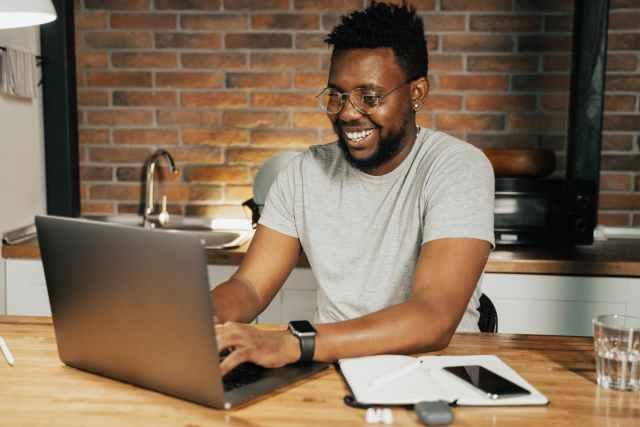 man using a laptop costos