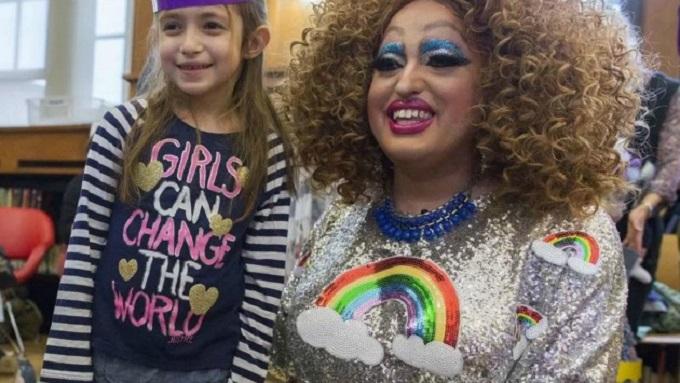 Drag Queen contando cuentos a niños en el mes del orgullo gay