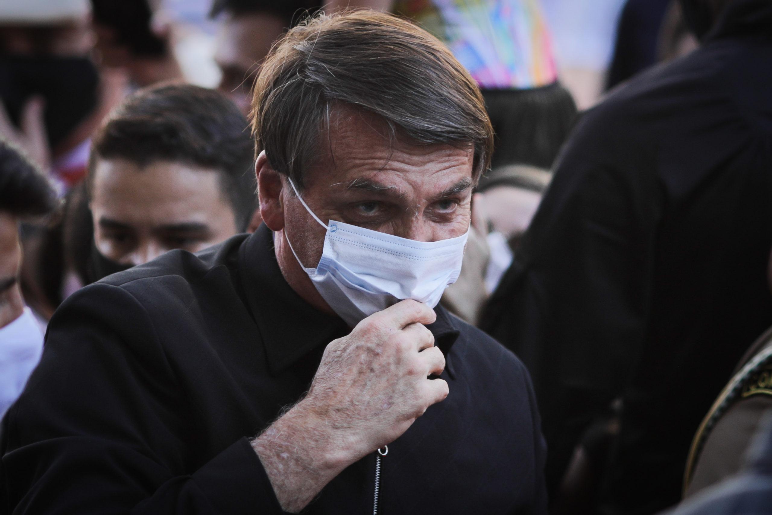 'Minha vontade é encher tua boca com uma porrada' diz Bolsonaro ao ameaçar repórter