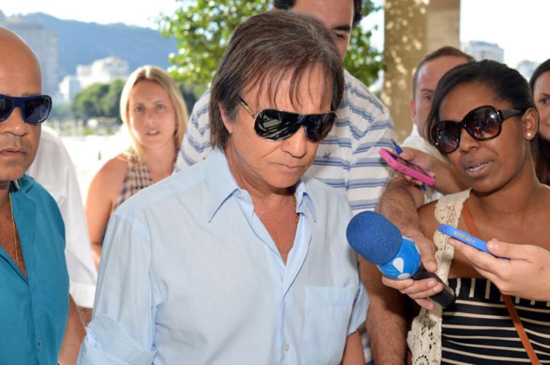 Roberto Carlos aparece abalado e inconsolável no velório de seu filho