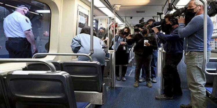 Mulher sofre abuso dentro de trem por cerca de 40 minutos; passageiros não denunciaram e filmaram a cena