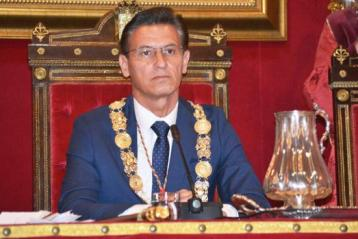 El primer alcalde de Granada por Ciudadanos, Luis Salvador, podría perder su puesto de cumplir VOX su amenaza de una moción de censura.