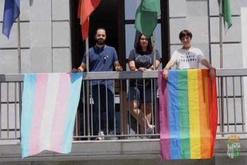 La Concejalía de Igualdad colgó el pasado viernes las banderas que representan al colectivo LGTBI+, celebrando el Orgullo Nueva Carteya.