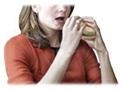 El ser humano al consumir la carne cruda o mal preparada, introduce en su cuerpo la forma quística del toxoplasma
