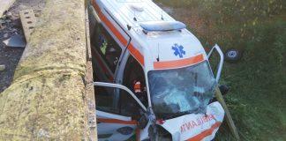 O ambulanță care transporta un pacient Covid-19 a fost implicată într-un accident grav. Patru persoane au fost rănite