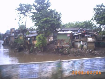 Kali Ciliwung di Jatinegara Barat airnya begitu dalam dekat dengan permukaan tanah