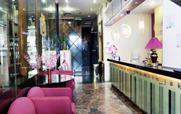 Smart-Hotel-Jakarta-receptionist