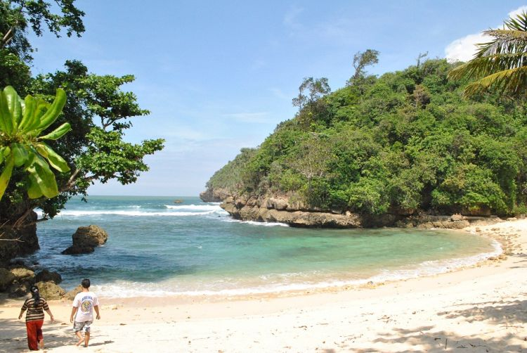 Wisata-Pantai-Ngeliyep-Malang