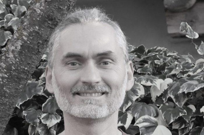 """Juan, instructor de yoga en Liébana: """"El yoga te motiva a incorporar hábitos de vida saludables. Ese es el premio gordo"""""""