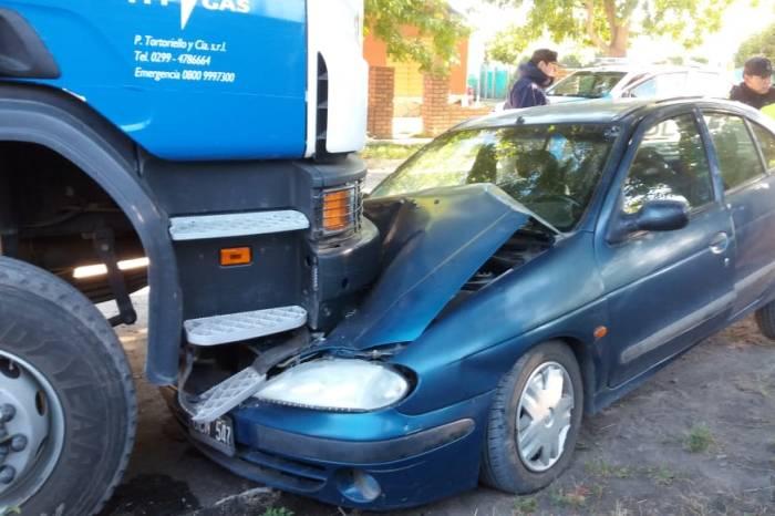 Perdió el control y chocó contra un camión estacionado
