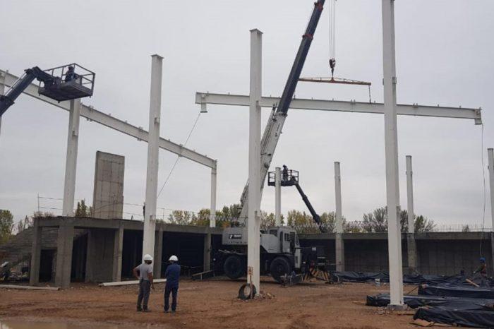 Colocan la estructura metálica para el Centro de Convenciones de Neuquén