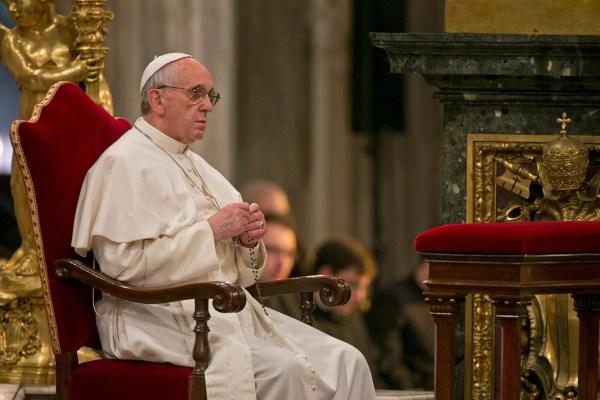 Carta de Francisco invitando a las familias a rezar el Rosario en sus casas durante el mes de mayo