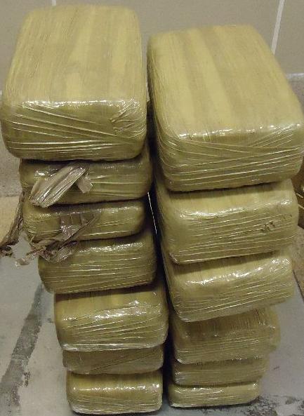 Parte de la droga llevada en el asiento trasero de un vehóculo.