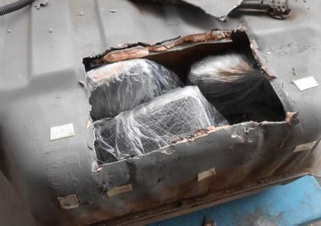 La droga oculta en el tanque para la gasolina de uno de los vehículos.