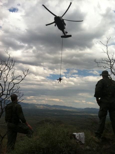 Los cuatro migrantes fueron rescatados por un helicóptero Blackhawk.