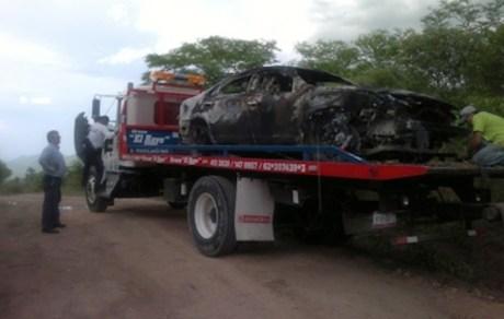 El automóvil sedan incinerado con dos cuerpos en su interior.