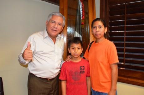 Apoya Alcalde a niño que sus padres son sordomudos.