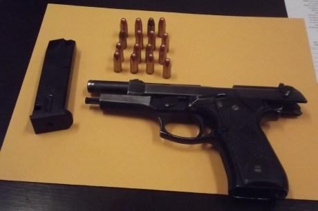 El arma de fuego que llevaban los dos jóvenes.