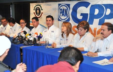 Aspectos de la rueda de prensa ofrecida por los diputados panistas.