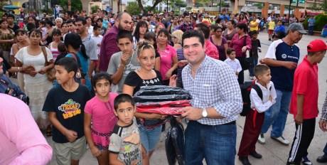 El legislador nogalense entregó mas de mil mochilas a niños y jóvenes estudiantes.