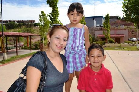 Benefician a 500 niños hijos de madres solteras con útiles escolares.