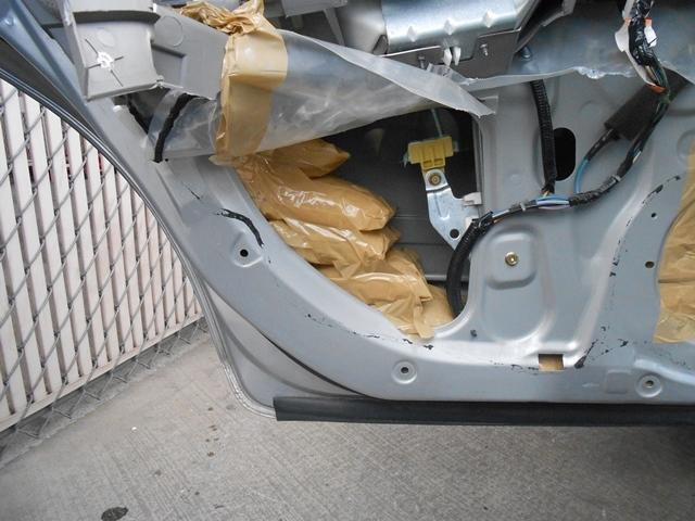 Droga oculta entre las puertas de un sedan Nissan.