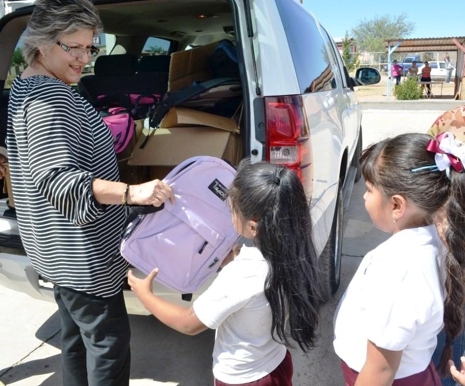 Entrega Presidenta de DIF-Municipal mochilas a niños del ejido Mascareñas.