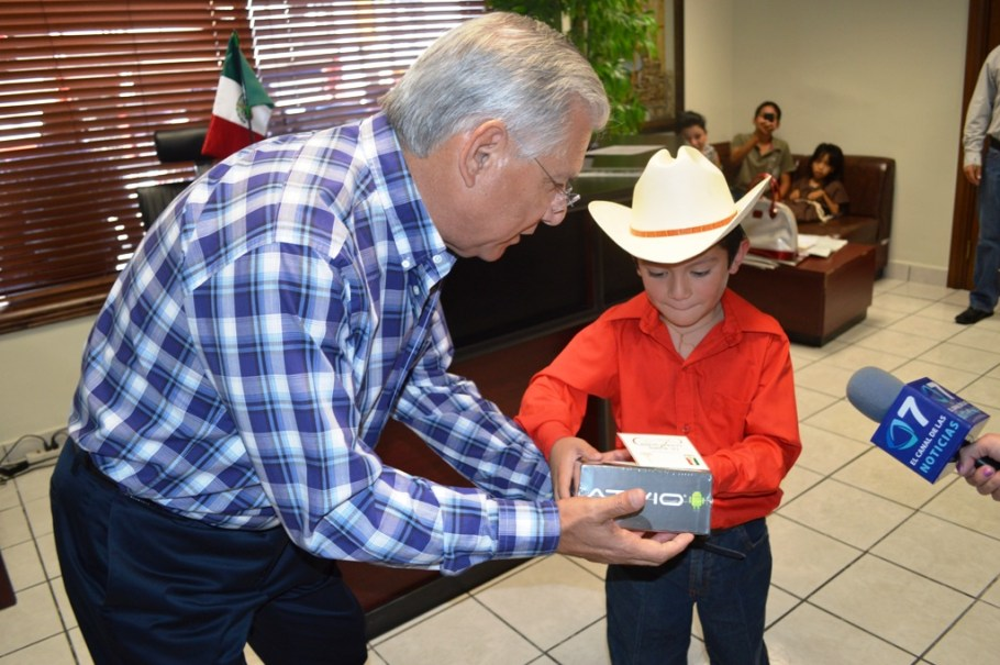 Premia Alcalde a niños destacados.