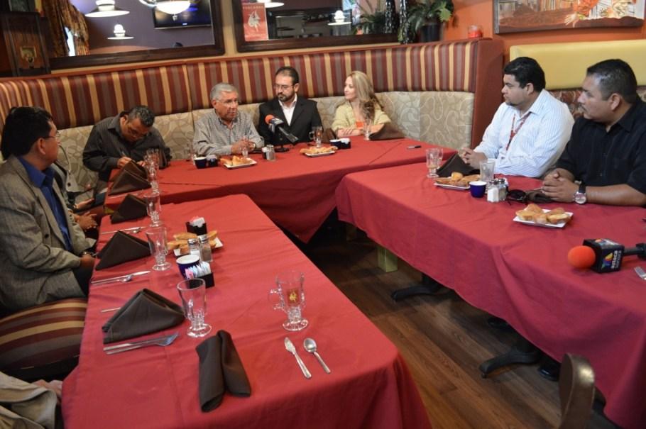 Convive Alcalde con personal de TV Azteca Nogales.