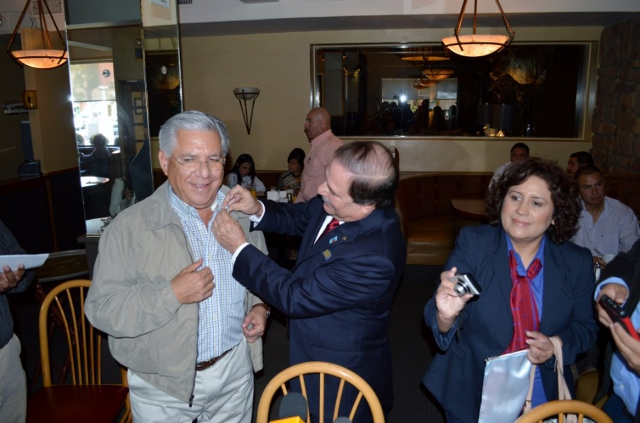 Hacen socio honorario a Alcalde del Club Rotario Nogales A. C.