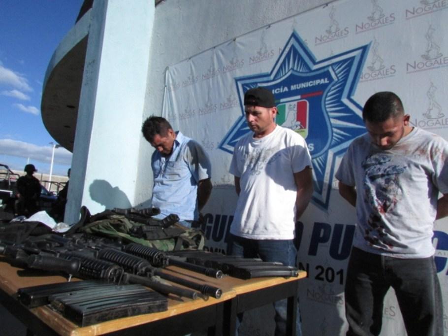 Los tres sujetos detenidos en posesión de un arsenal.