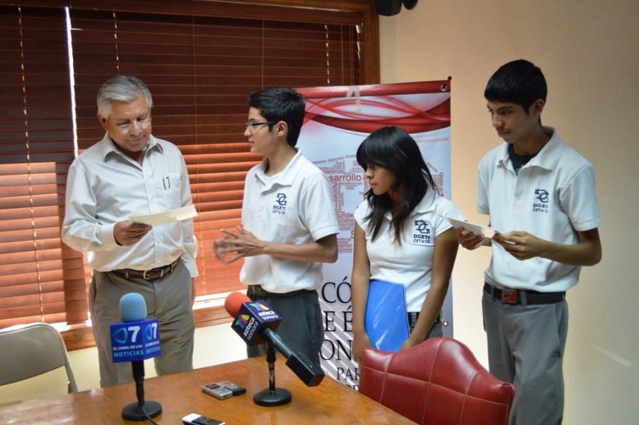 Ofrece Alcalde apoyo a jóvenes estudiantes para asistir a concurso en Ecuador.