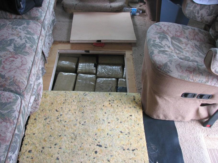 Marihuana oculta en un piso falso de la unidad.