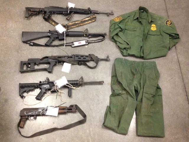 Uniforme de la Patrulla Fronteriza y armas largas