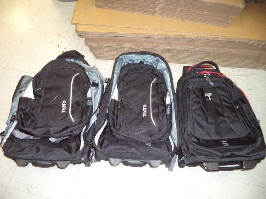 Mochilas que llevaban rellenas de droga dos mujeres de Tucson.