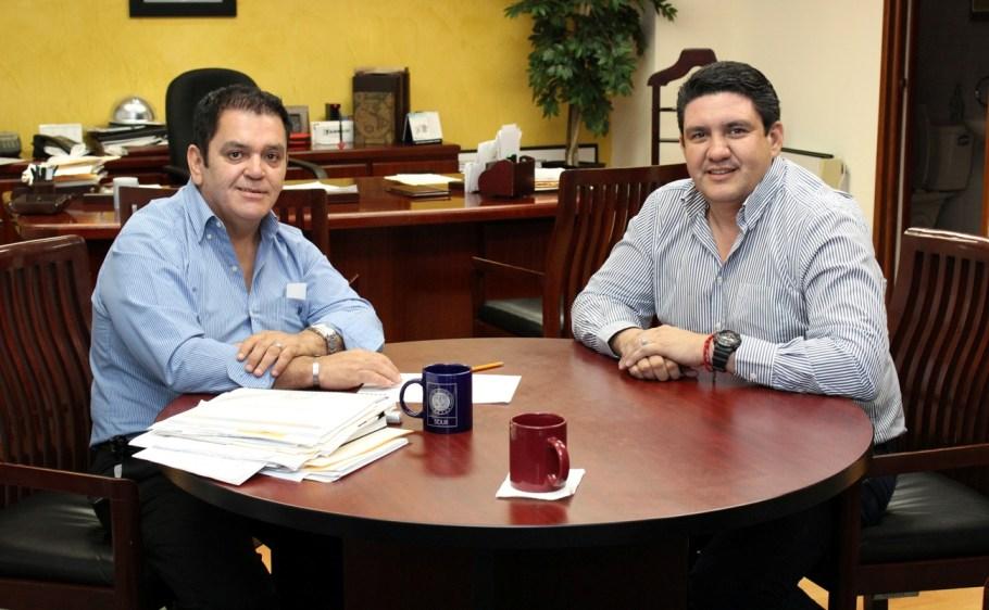 Los dos funcionarios públicos reunidos.