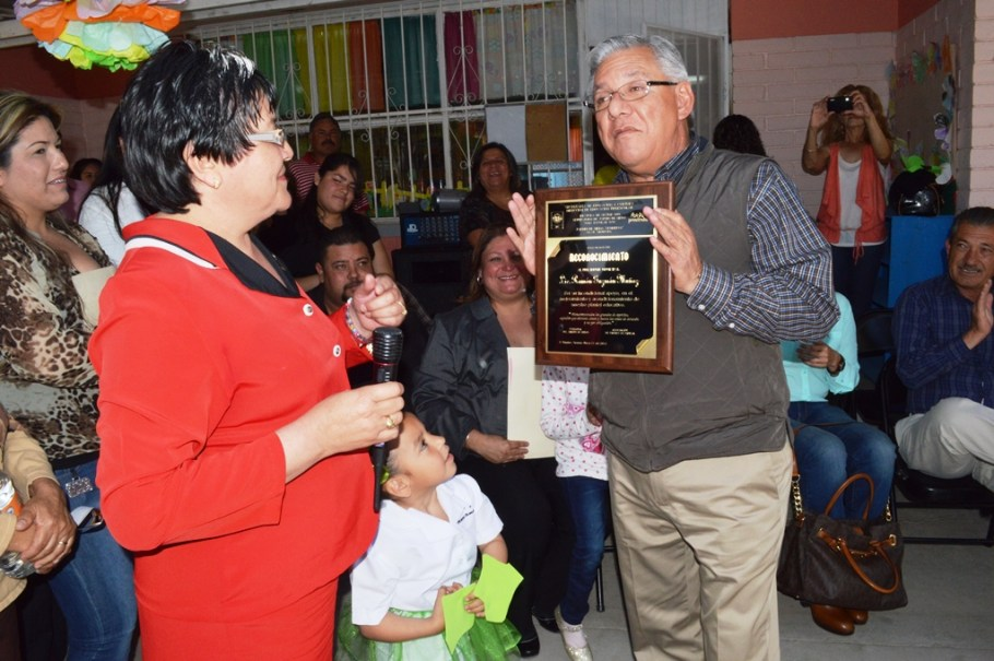 Entrega jardín de niños Senderos reconocimiento al alcalde Ramón Guzmán.