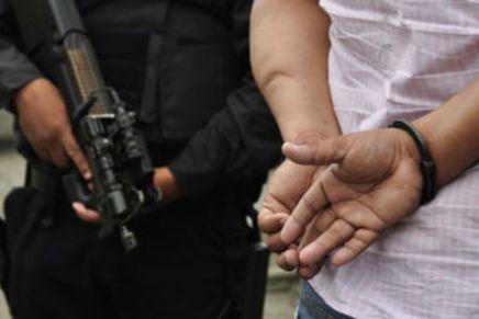 Amenaza supuesto policía estatal con matar a municipales que lo detuvieron ebrio