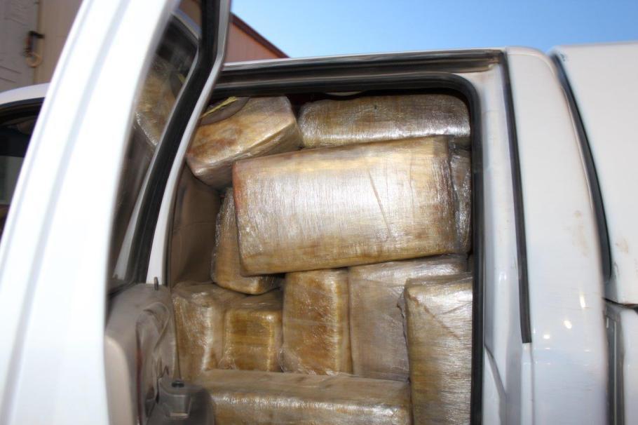 Paquetes con marihuana en el interior de la unidad.