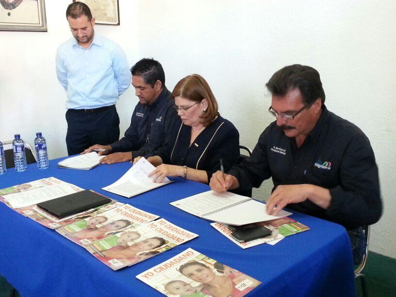 Momentos de la firma del convenio.